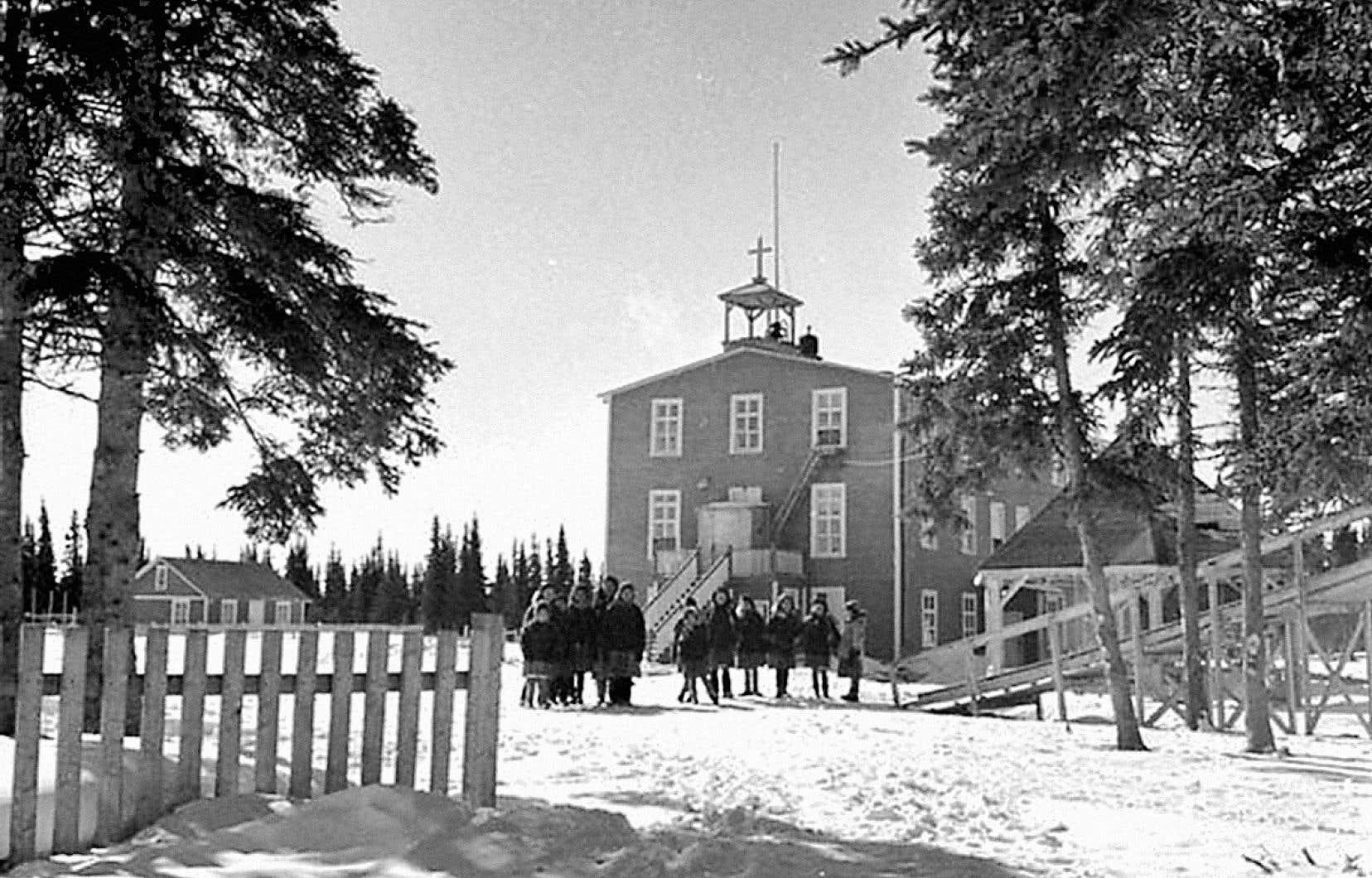 L'École missionnaire des Pères Oblats, sur l'île de Fort George, en janvier 1946