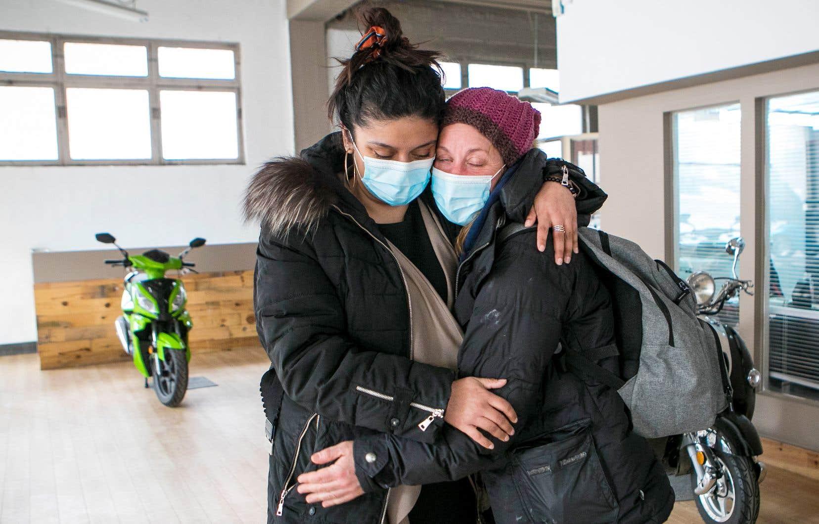 Crystal Kelly (à droite) a reçu l'aide d'intervenantes comme Alexandra Delgado pour obtenir un logement. Mais après quatre ans dans la rue, elle n'était pas prête à réintégrer une certaine «norme sociale». Et son cas n'est pas unique.