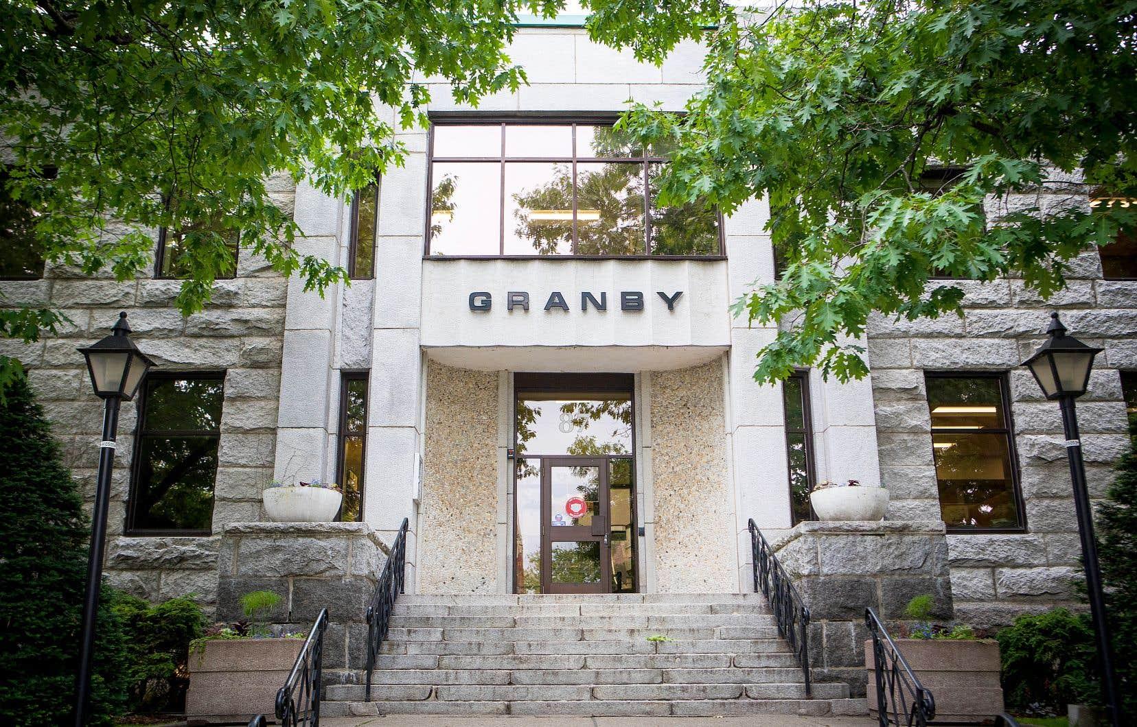 Le standard s'applique «de haut en bas, du politique à n'importe quel employé de la municipalité», explique le maire de Granby, Pascal Bonin.