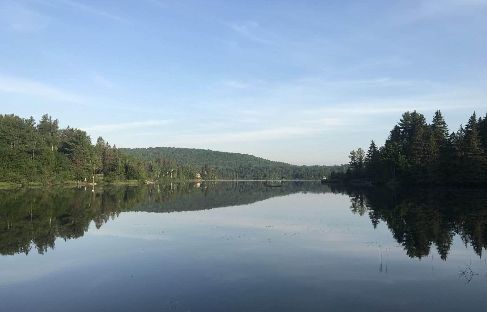 Vue sur le lac Bellemare en face de l'Auberge Saint-Mathieu-du-Lac