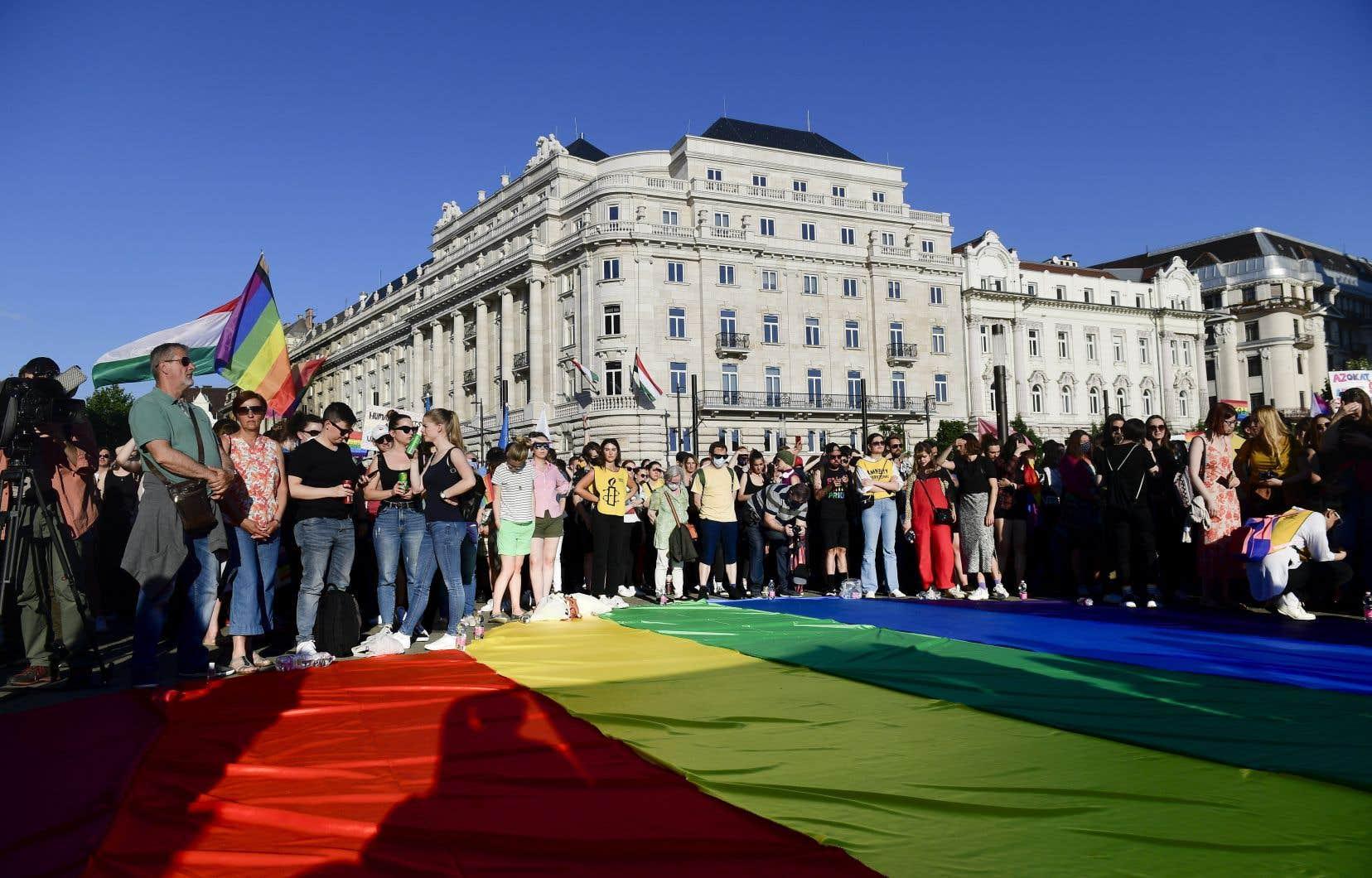 La Hongrie avait déjà accentué son offensive contre la communauté LGBTQ+ en décembre dernier, en inscrivant dans la Constitution la définition du sexe d'une personne comme étant uniquement celui de la naissance et en interdisant de facto l'adoption aux couples de même sexe.