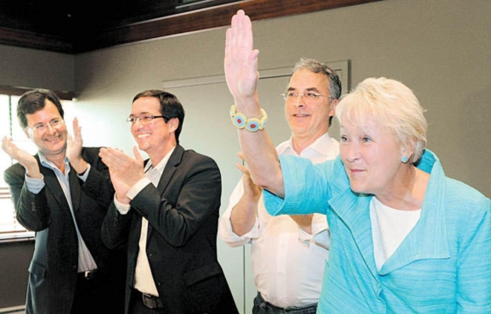 Les députés péquistes, dont Bertrand St-Arnaud, Stéphane Bédard et Martin Lemay, ont longuement applaudi leur chef avant la tenue du caucus.<br />