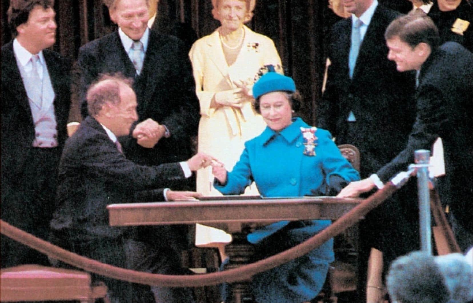 La Loi de 1982 sur le Canada concernant le rapatriement de la constitution canadienne reçut la sanction royale d'Élizabeth II le 17 avril 1982 à Ottawa. Elle fut suivi d'un projet de réforme qui visait à convaincre le Québec de signer cette loi, l'accord du lac Meech.