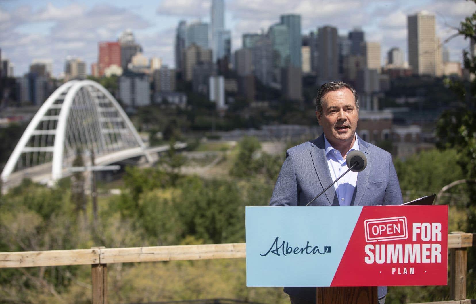 Vendredi, le premier ministre, Jason Kenney, a expliqué qu'avec 70,2% des Albertains âgés de 12ans ou plus ayant maintenant reçu une dose de vaccin, il sera sécuritaire de compléter le retour à la normale dans deux semaines.