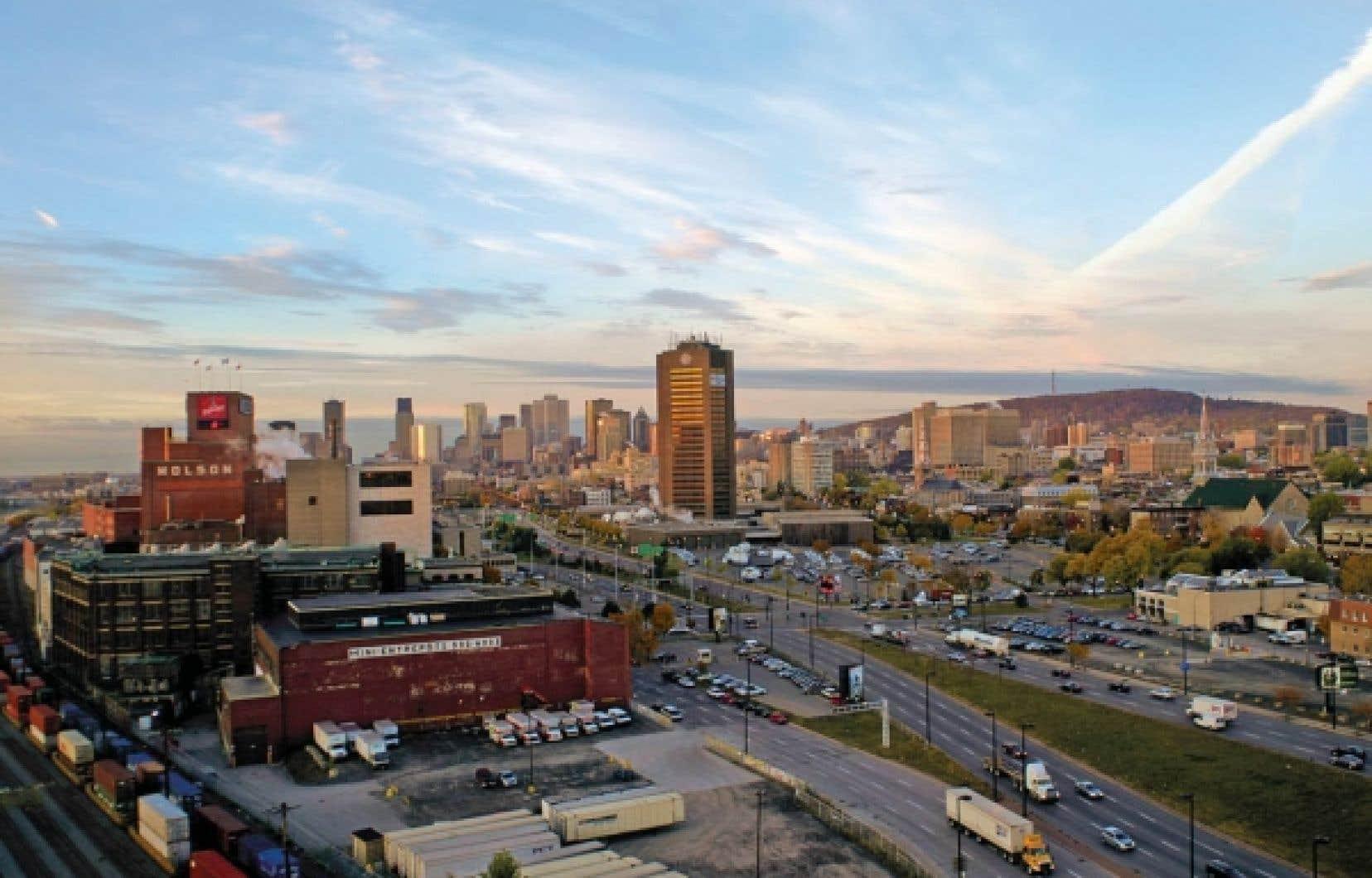 Vue de Montréal et du gratte-ciel sans personnalité de l'édifice de Radio-Canada. En avant-plan, la rue Notre-Dame, dont on planifie la transformation en autoroute, alors que plusieurs grands centres urbains tentent d'éliminer leurs voies rapides.<br />