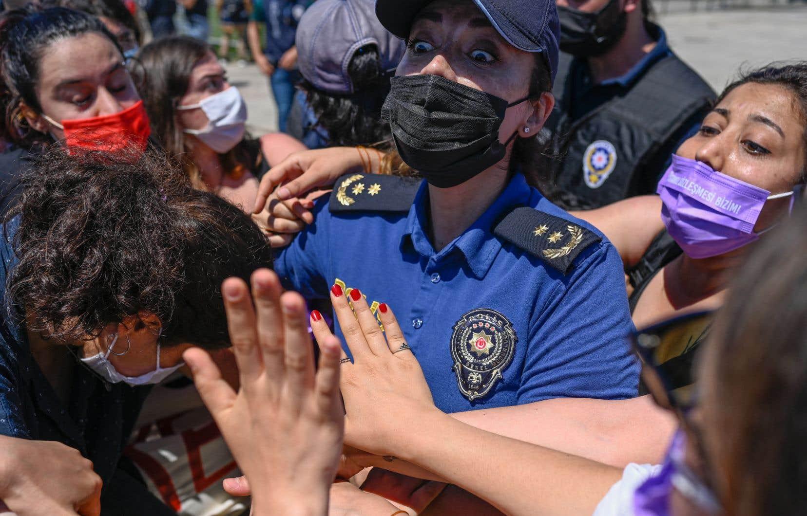Des centaines de femmes sont venues des quatre coins du pays, dont les provinces de Bursa (nord-ouest) et Mardin (sud-est), pour cette manifestation dans le district de Maltepe, situé sur la rive asiatique d'Istanbul.