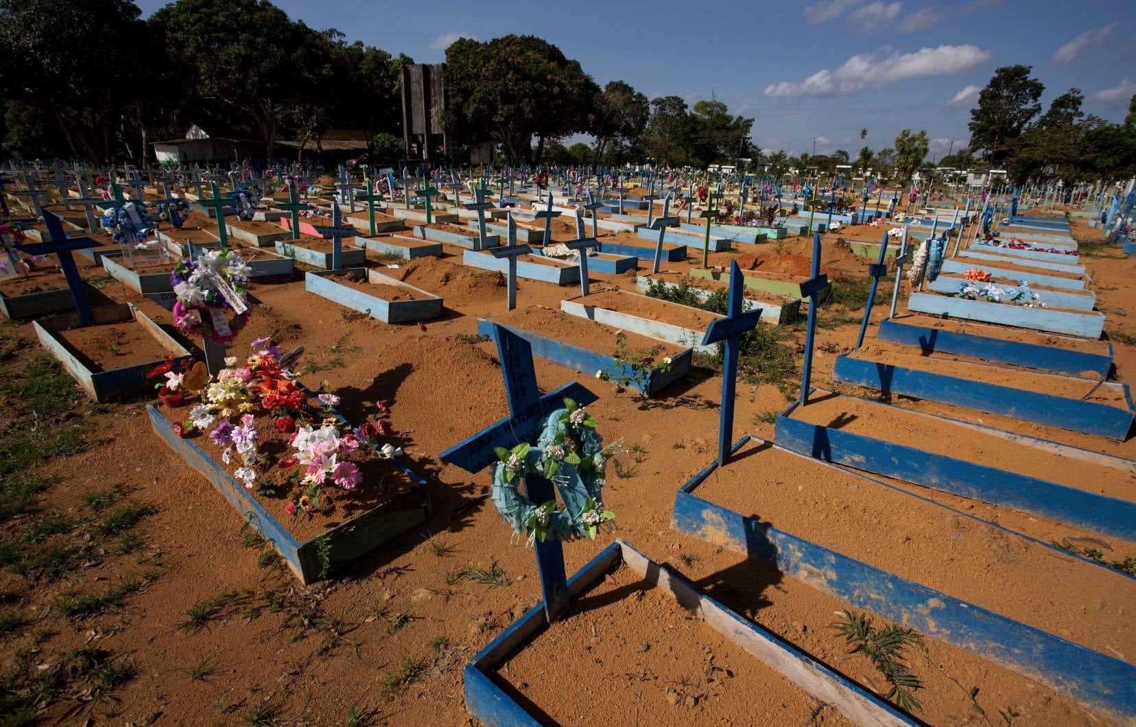 Le Brésil, qui compte 212millions d'habitants, a connu en début d'année une mortelle deuxième vague avec plus de 4000 décès par jour. Il craint d'être frappé par une troisième vague, le nombre d'infections connaissant un nouveau pic.