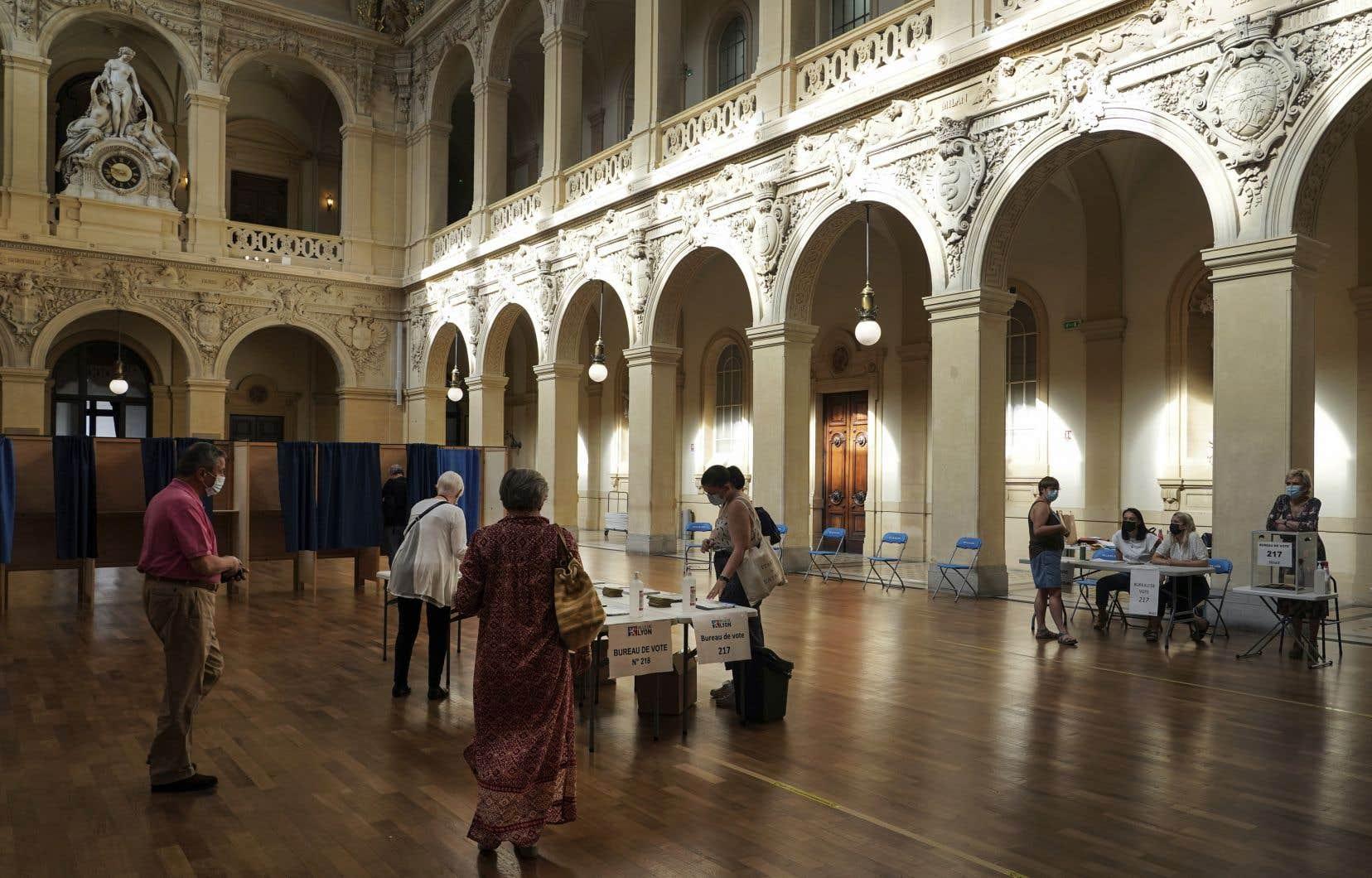 Comparée aux précédentes élections régionales françaises, l'abstention a progressé de 18points pour atteindre le record absolu de 68%, dimanche. Sur la photo, un bureau de vote à Lyon.