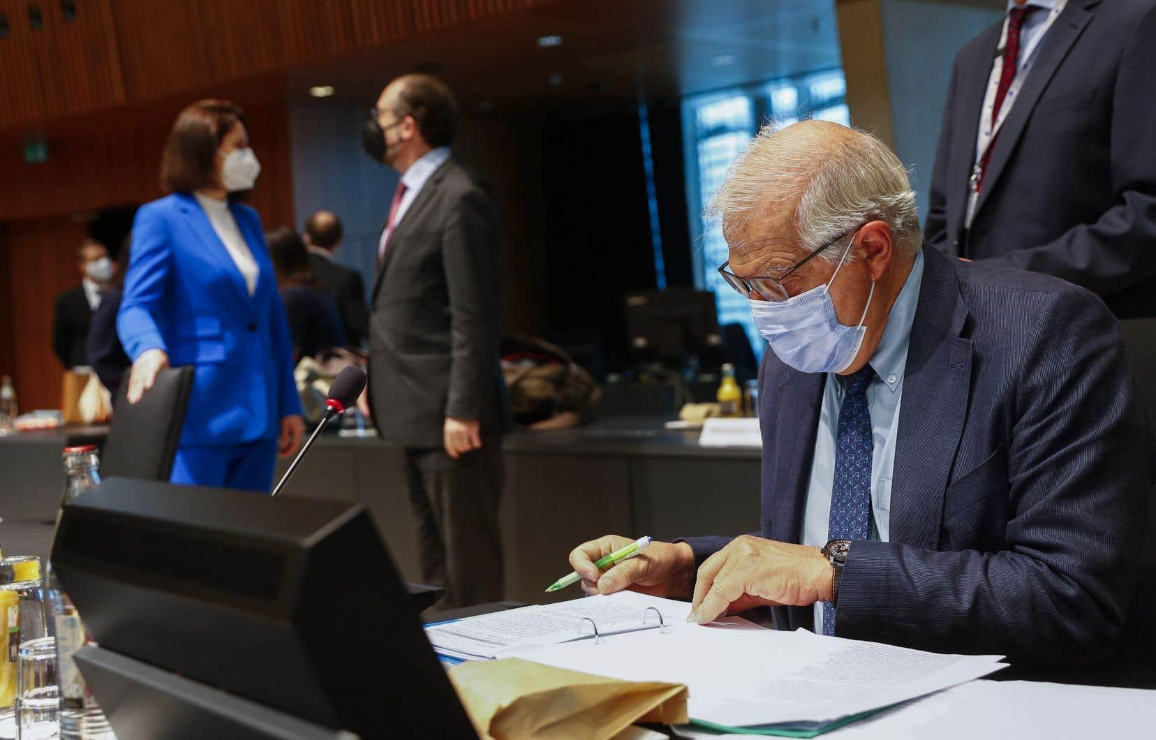 Les ministres européens des Affaires étrangères se sont d'abord entretenus avec l'opposante en exil Svetlana Tikhanovskaïa (en bleu). «[Les sanctions] sont un moyen de faire pression sur le gouvernement de la Biélorussie et elles vont faire mal», a assuré le chef de la diplomatie européenne, Josep Borrell.