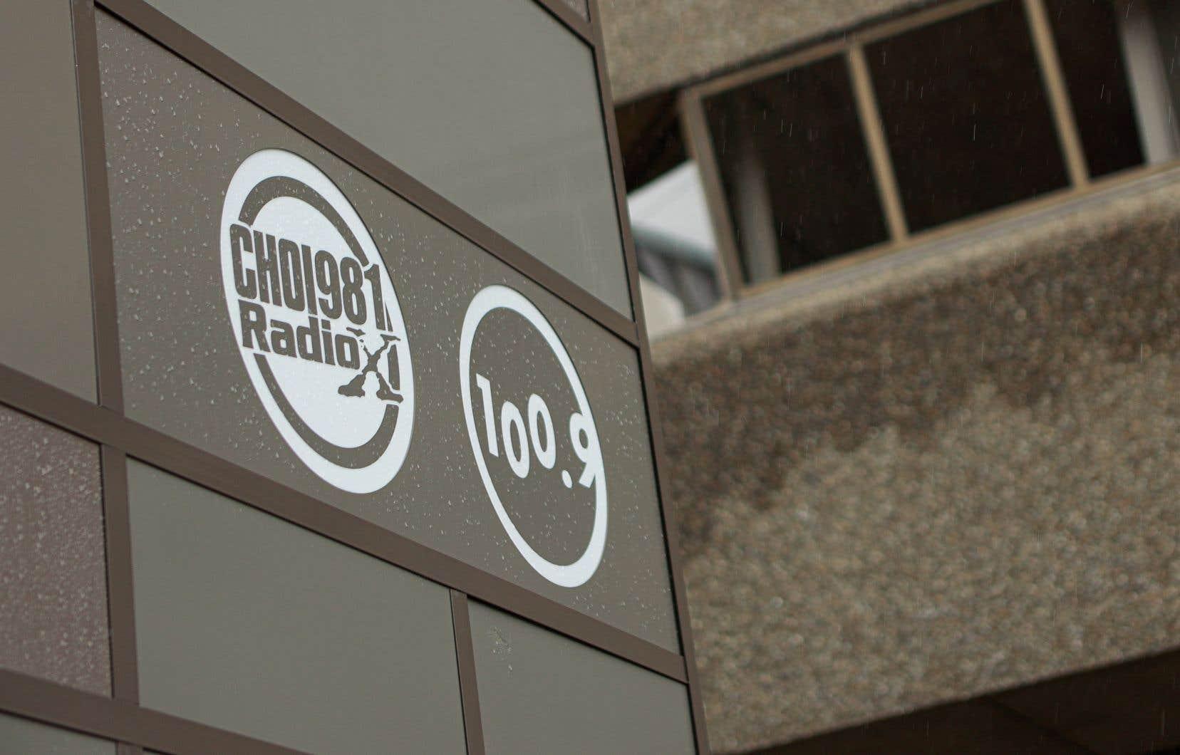 Les compagnies qui achètent des publicités sur leurs ondes souffrent d' acharnement» de la part des membres de la coalition, plaide Radio X.