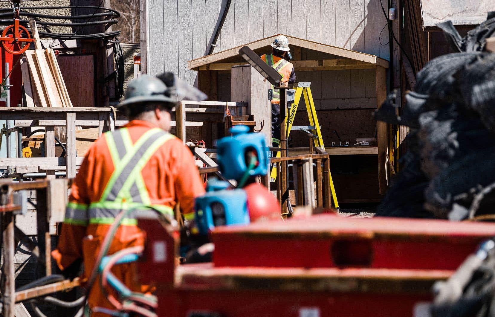 La Ville a maintenu les chantiers jugés «essentiels», dont ceux de la rue Peel, de la rue Sainte-Catherine Ouest, du MIL Montréal et de l'échangeur Remembrance–Côte-des-Neiges.