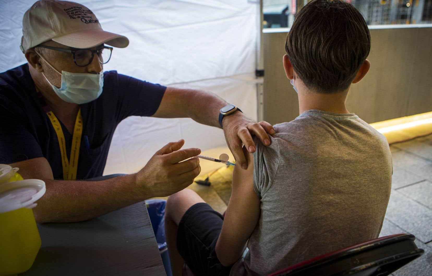 Le gouvernement Legault a dit espérer une rentrée scolaire quasi normale l'automne prochain, sans masque ni distanciation, si 75% des élèves ont reçu leurs deux doses de vaccin.
