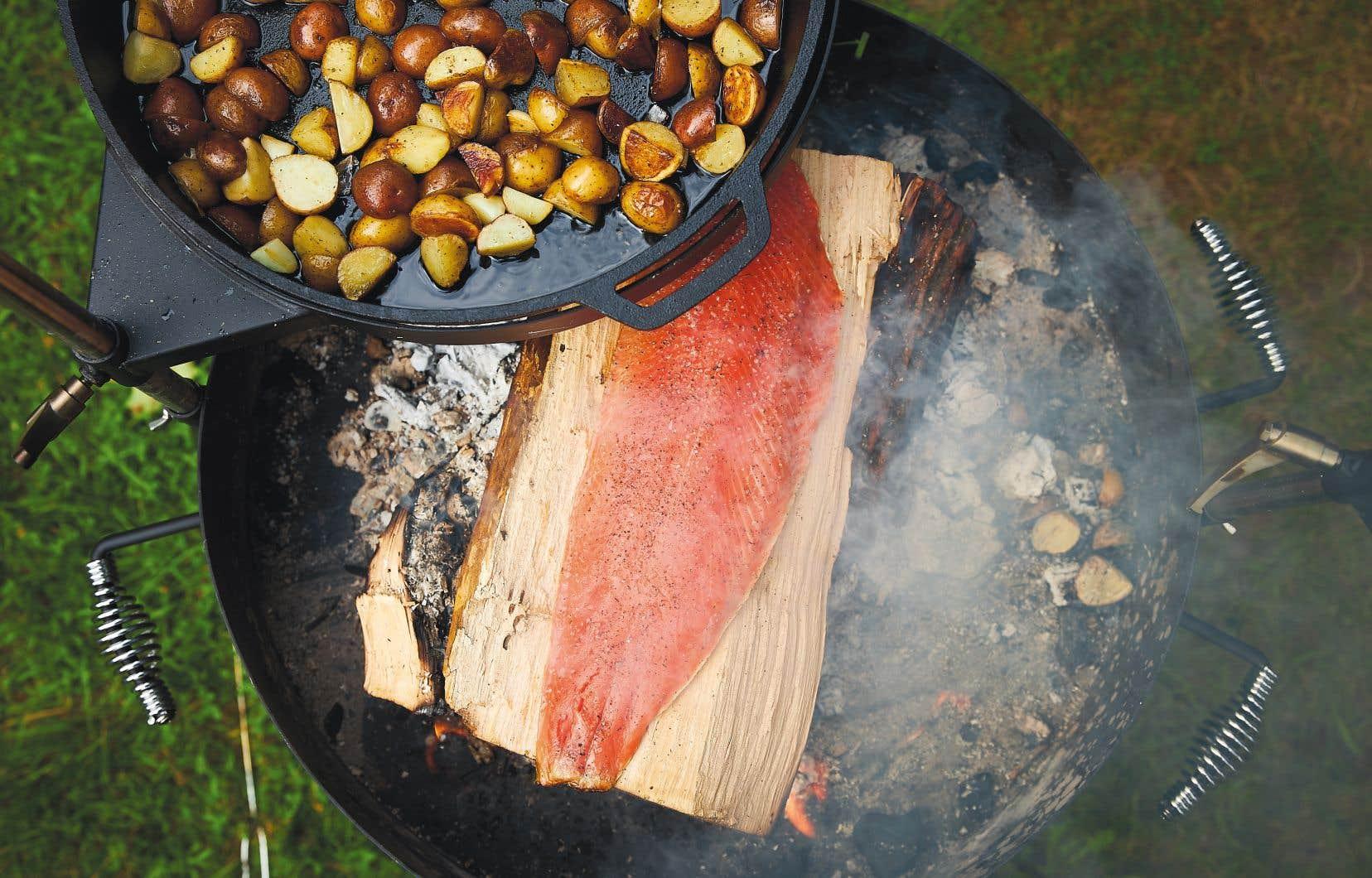Dans son livre, la bloggeuse partage plusieurs idées, dont celle du filet de saumon cuit directement sur une bûche.
