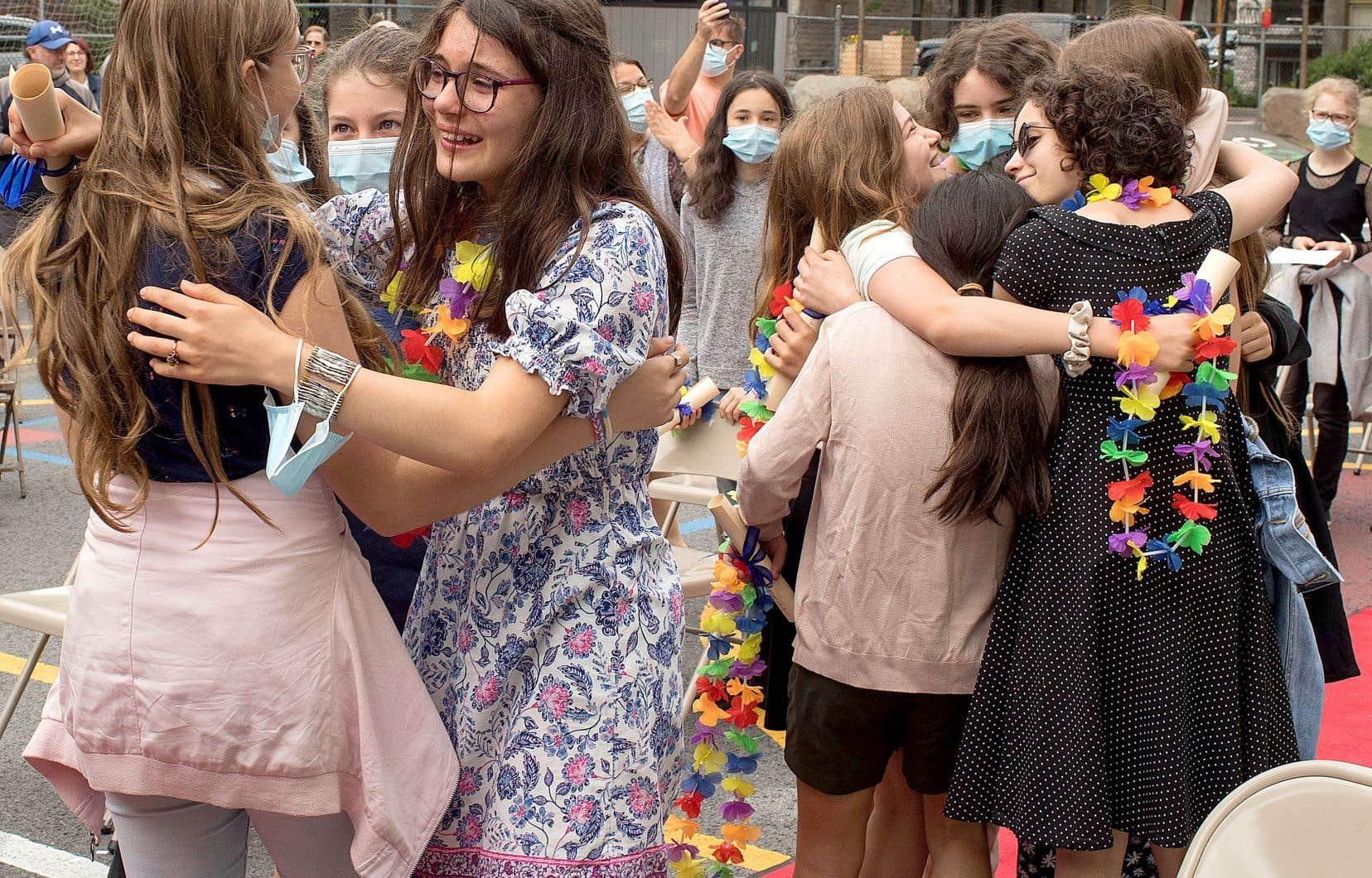 Des larmes, des bravos, et même quelques câlins: après une autre année mouvementée, élèves et membres du personnel scolaire se sont souhaité de bonnes vacances en cette dernière journée d'école, mardi. Sur notre photo, les finissants de l'école primaire Lanaudière, sur Le Plateau-Mont-Royal, à Montréal, se disent au revoir.