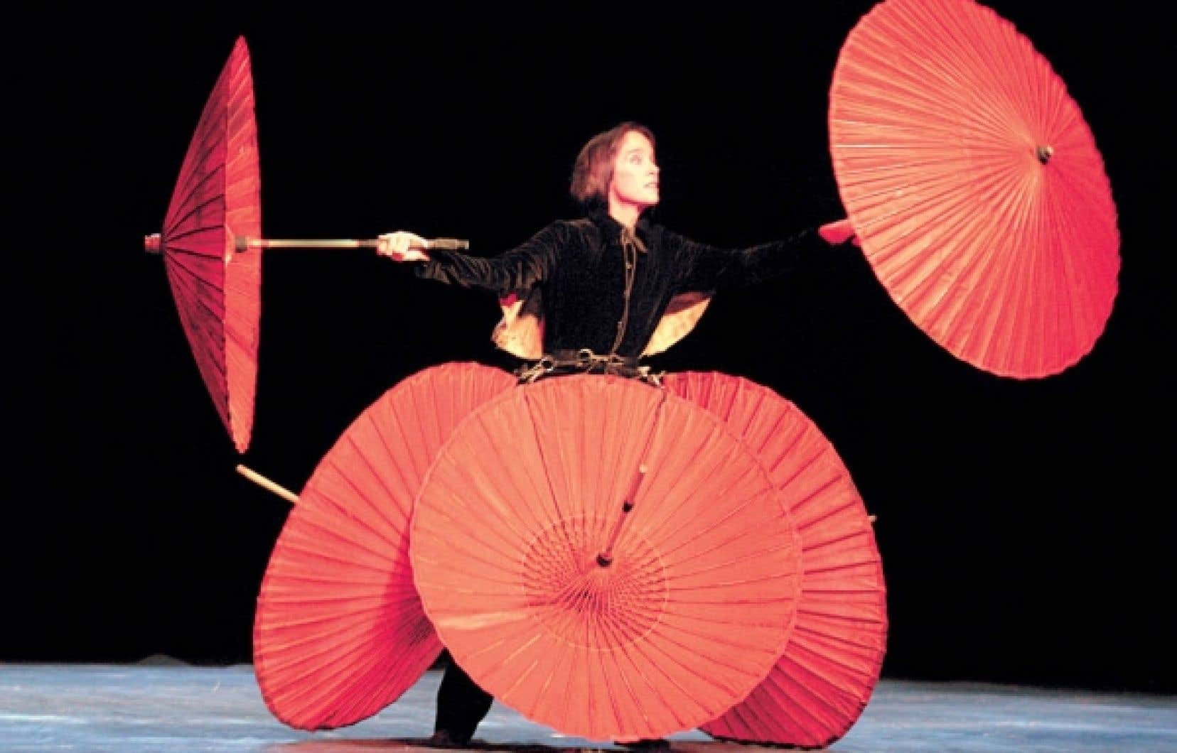 Victoria Chaplin, acrobate féline malgré la soixantaine, demeure fée suprême de la métamorphose.<br />