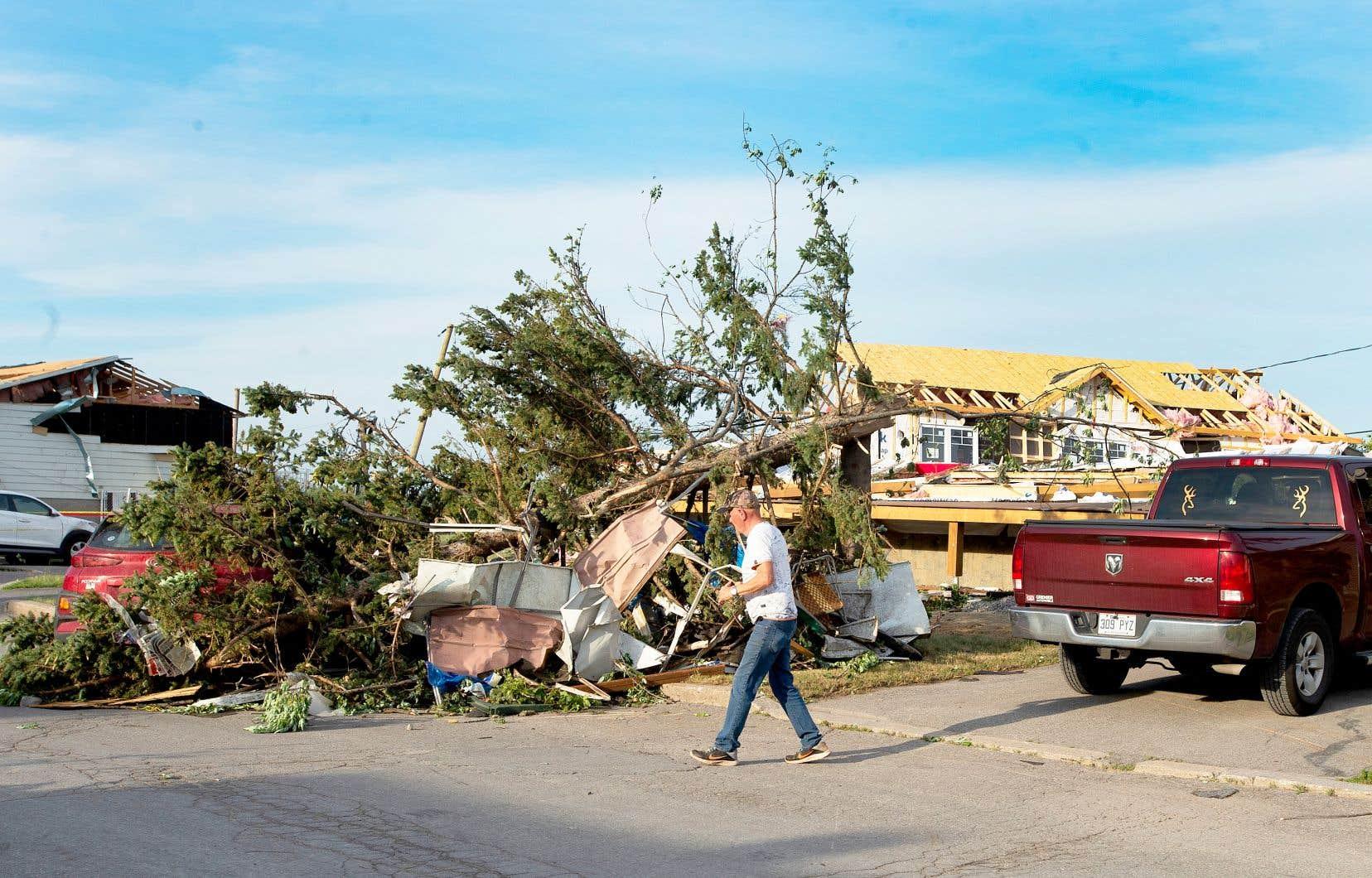 Même si Environnement Canada doit encore enquêter pour préciser l'intensité de la tornade qui a causé d'importants dégâts et fait un mort à Mascouche, le météorologue Steve Boily explique que l'événement serait possiblement «de catégorie F2», avec des vents de près de 200 km/h.