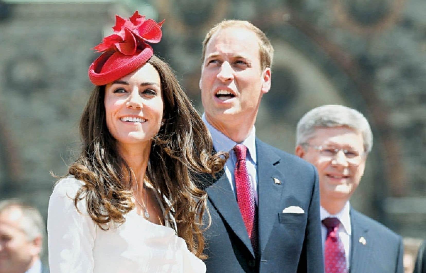 Pour l'occasion, la duchesse de Cambridge portait un chapeau rouge décoré de feuilles d'érable.