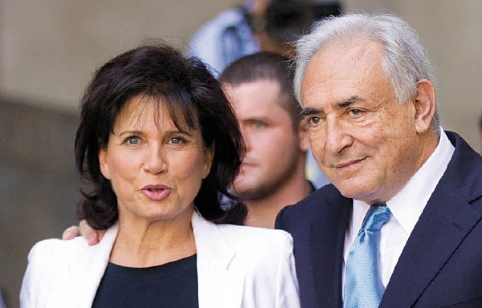 Dominique Strauss-Kahn et son épouse, Anne Sinclair, étaient tout sourire, hier à leur sortie du tribunal à New York.<br />