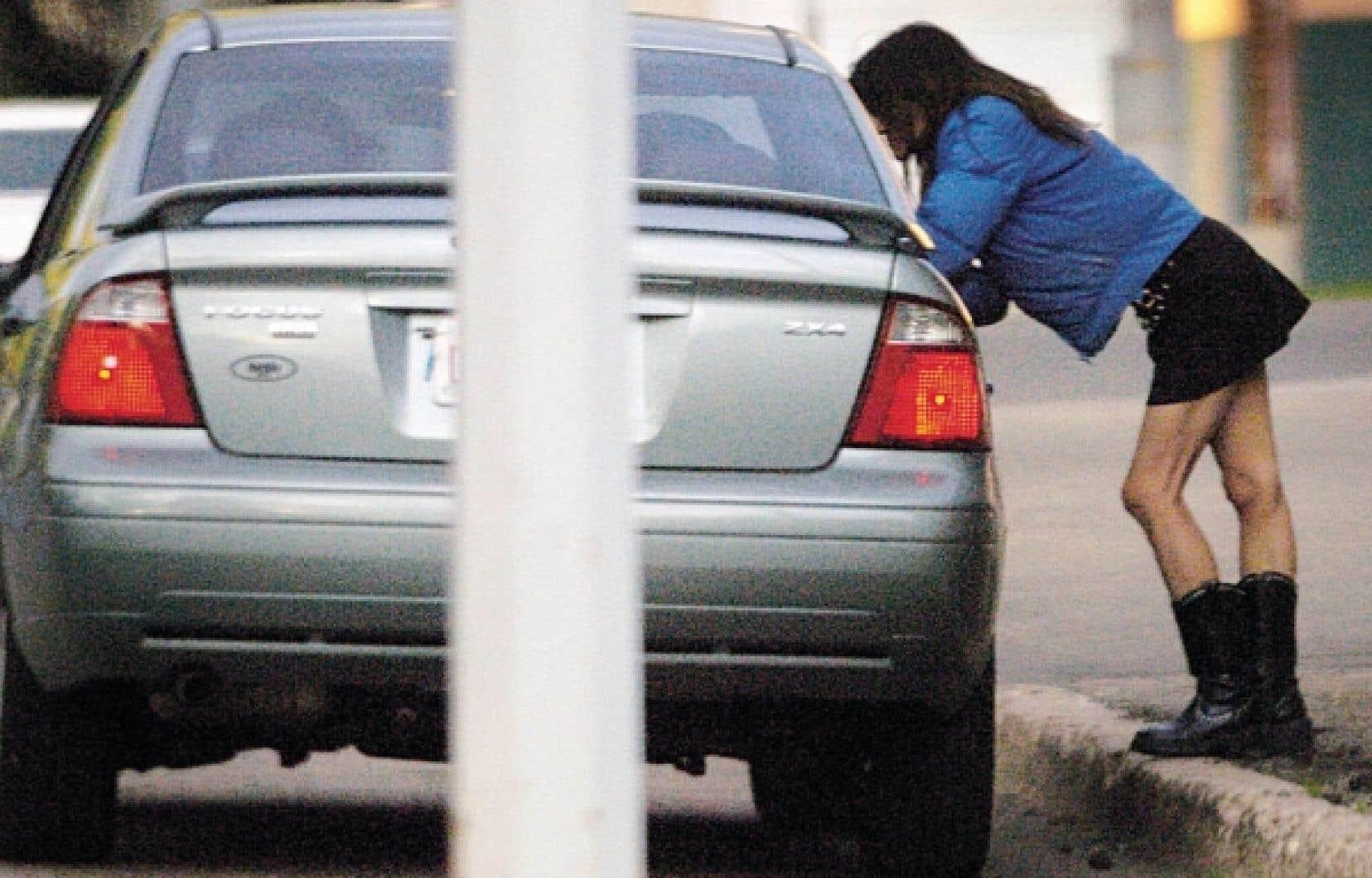 En criminalisant l'achat d'un acte sexuel, la loi identifie et pénalise les agents du préjudice inhérent à la prostitution.<br />