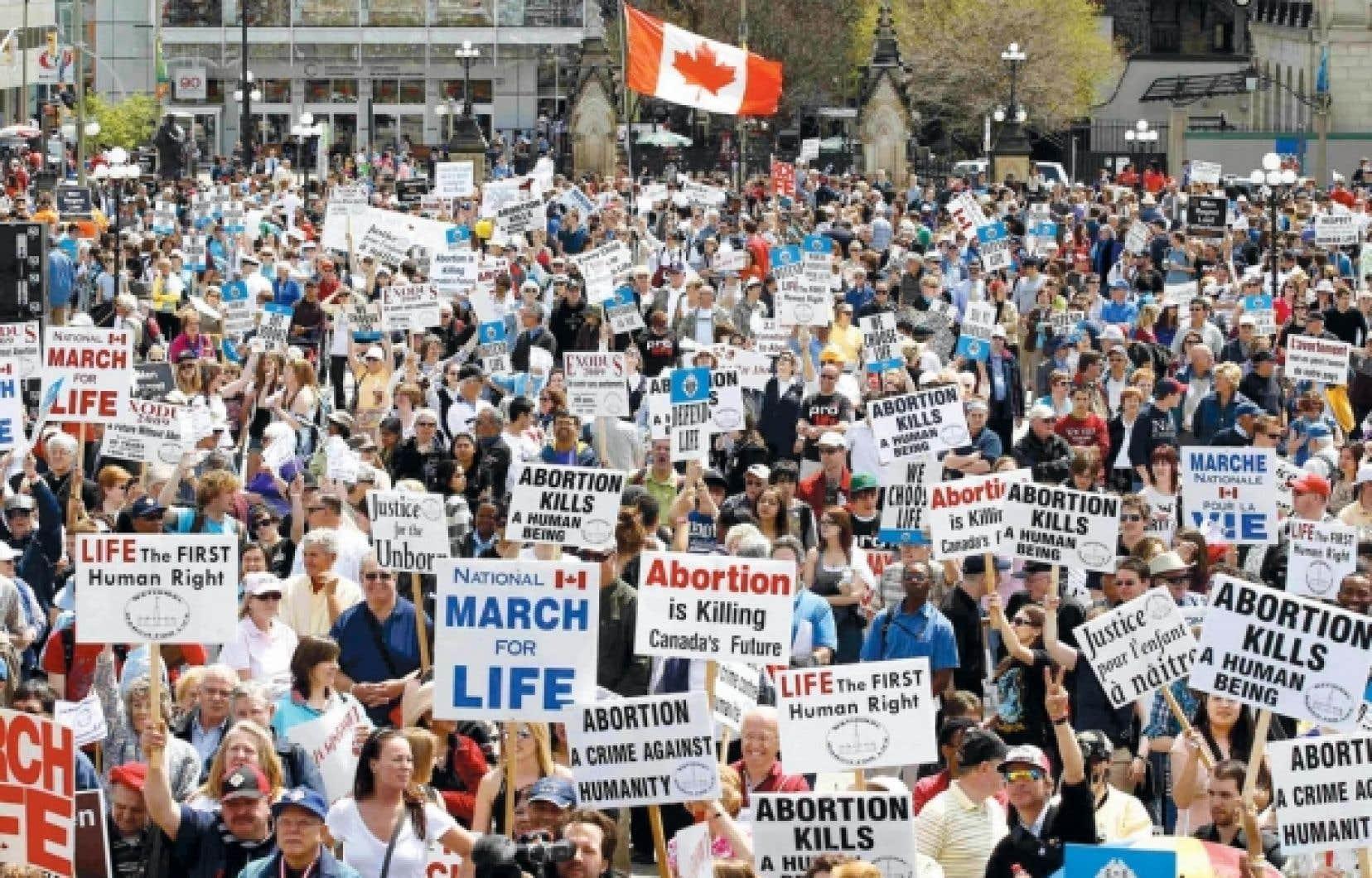 Manifestation «pro-vie» sur la colline parlementaire à Ottawa le 12 mai dernier. L'archevêque d'Ottawa, Mgr Terrence Prendergast, vient d'inciter le personnel de Développement et Paix qui ne suivrait pas strictement l'enseignement de l'Église sur «la vie» à «s'en aller œuvrer ailleurs».<br />