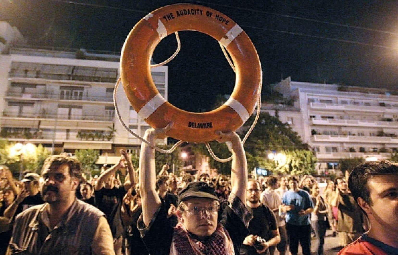 Devant l'ambassade américaine à Athènes, des manifestants dénoncaient l'interdiction imposée par la Grèce aux navires à destination de Gaza de lever l'ancre.<br />