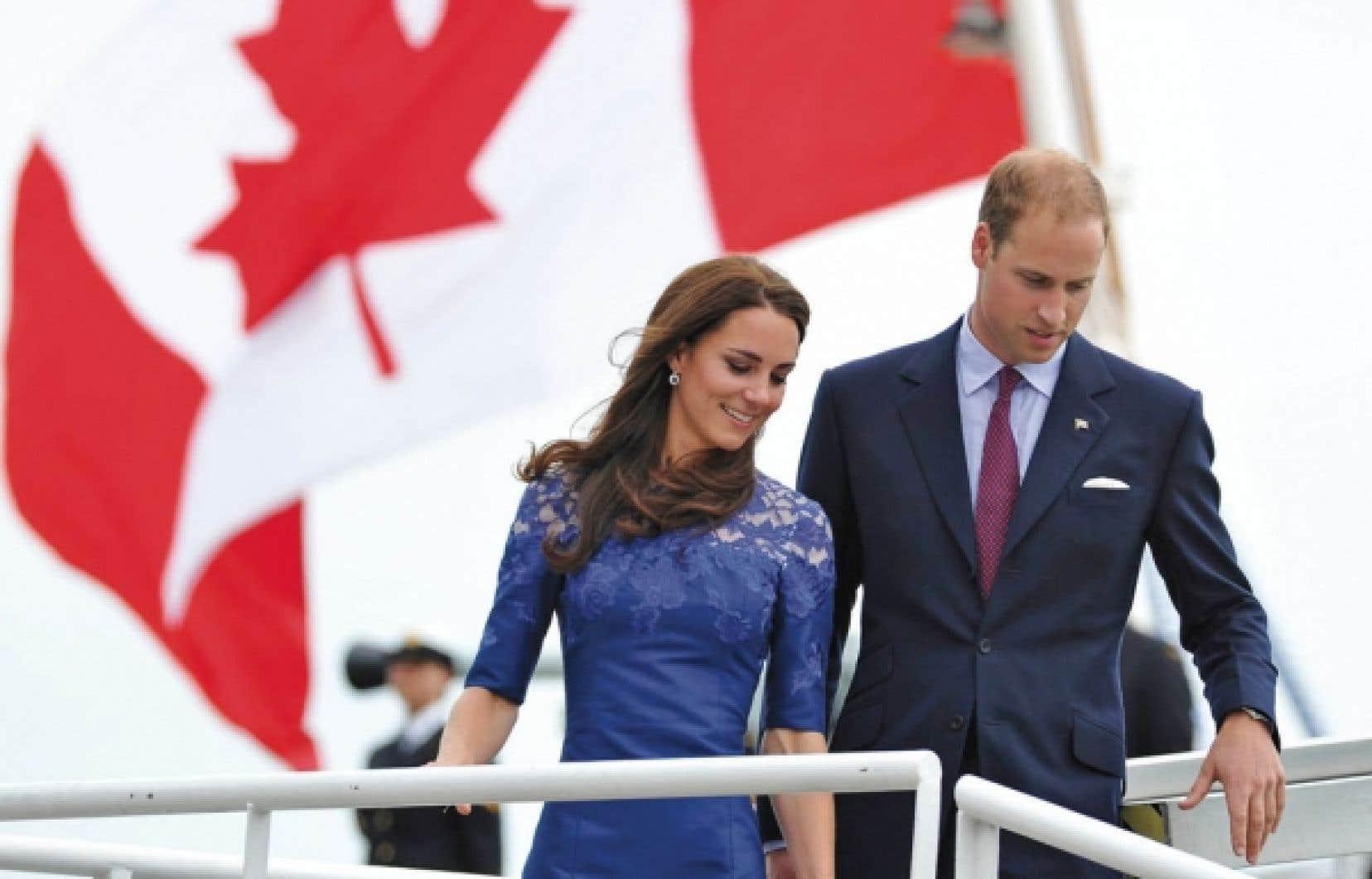 Partis de la métropolie samedi soir à bord du HMCS Montréal, Kate et William sont arrivés à Québec hier. Les nouveaux mariés ont même osé deux bains de foule impromptus dans la Vieille Capitale.<br />