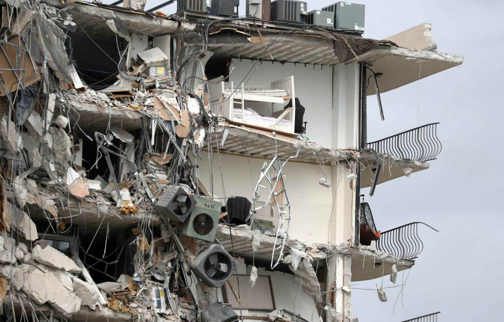 Une tour à logements située en bordure de mer à Surfside, en Floride, s'est partiellement effondrée jeudi matin.