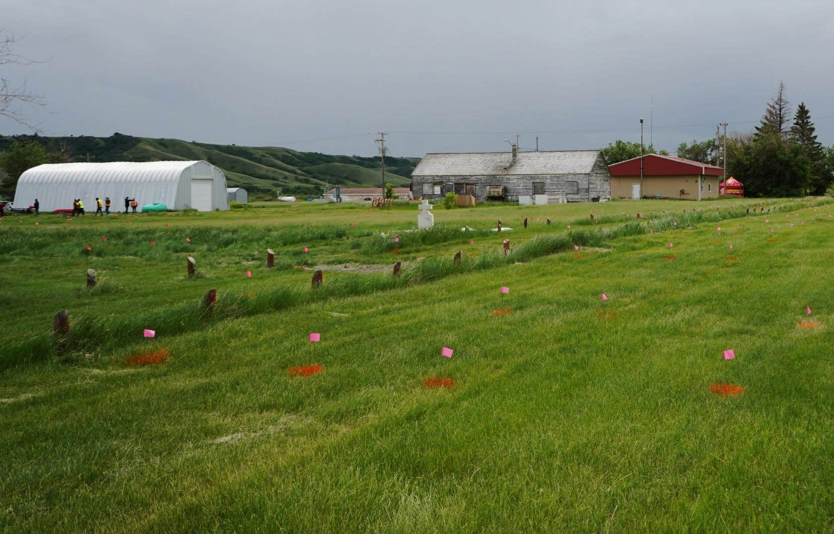 Des drapeaux marquent les endroits où des tombes ont été détectées.
