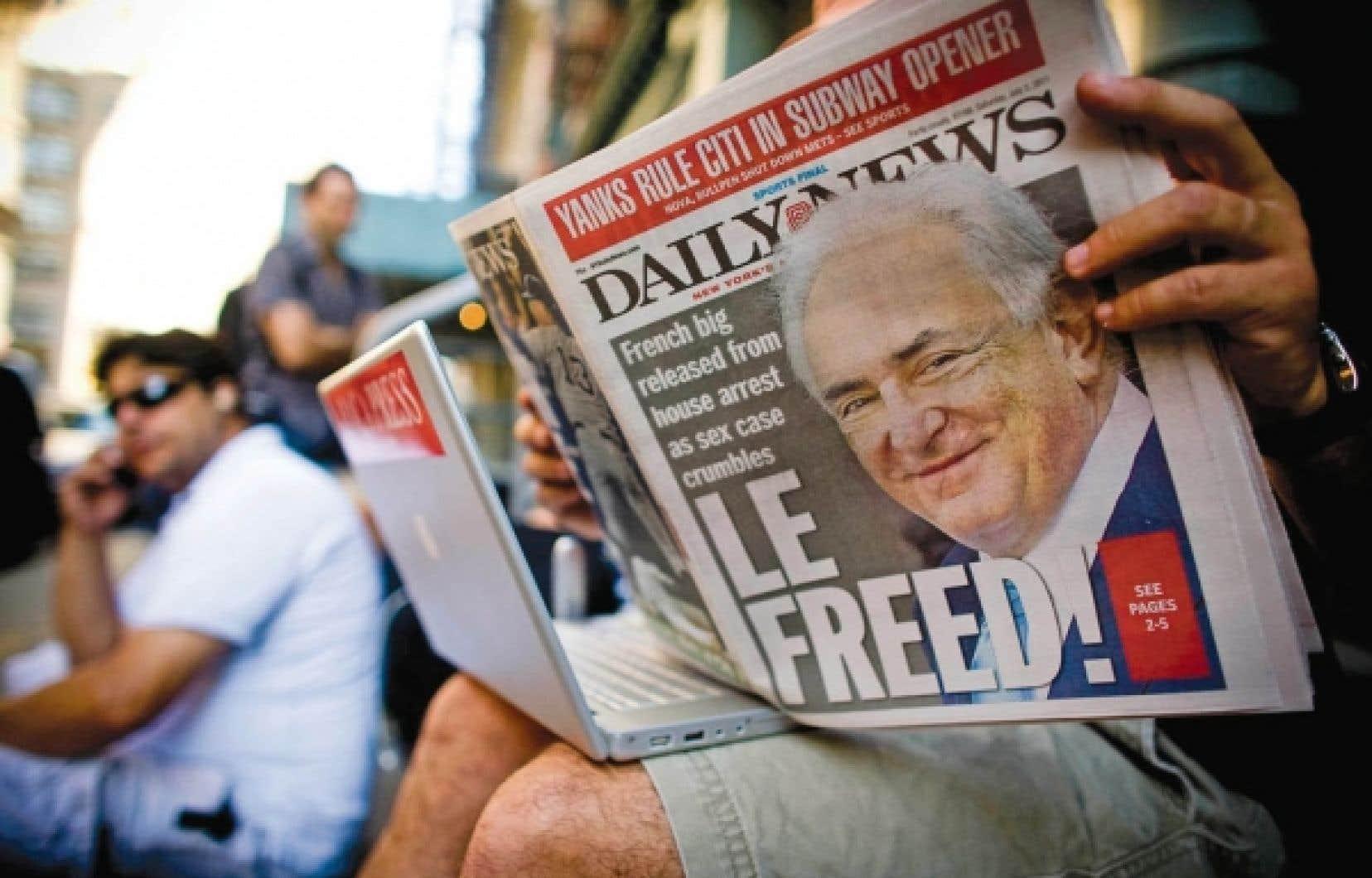 Un lecteur du Daily News à Manhattan, samedi.<br />