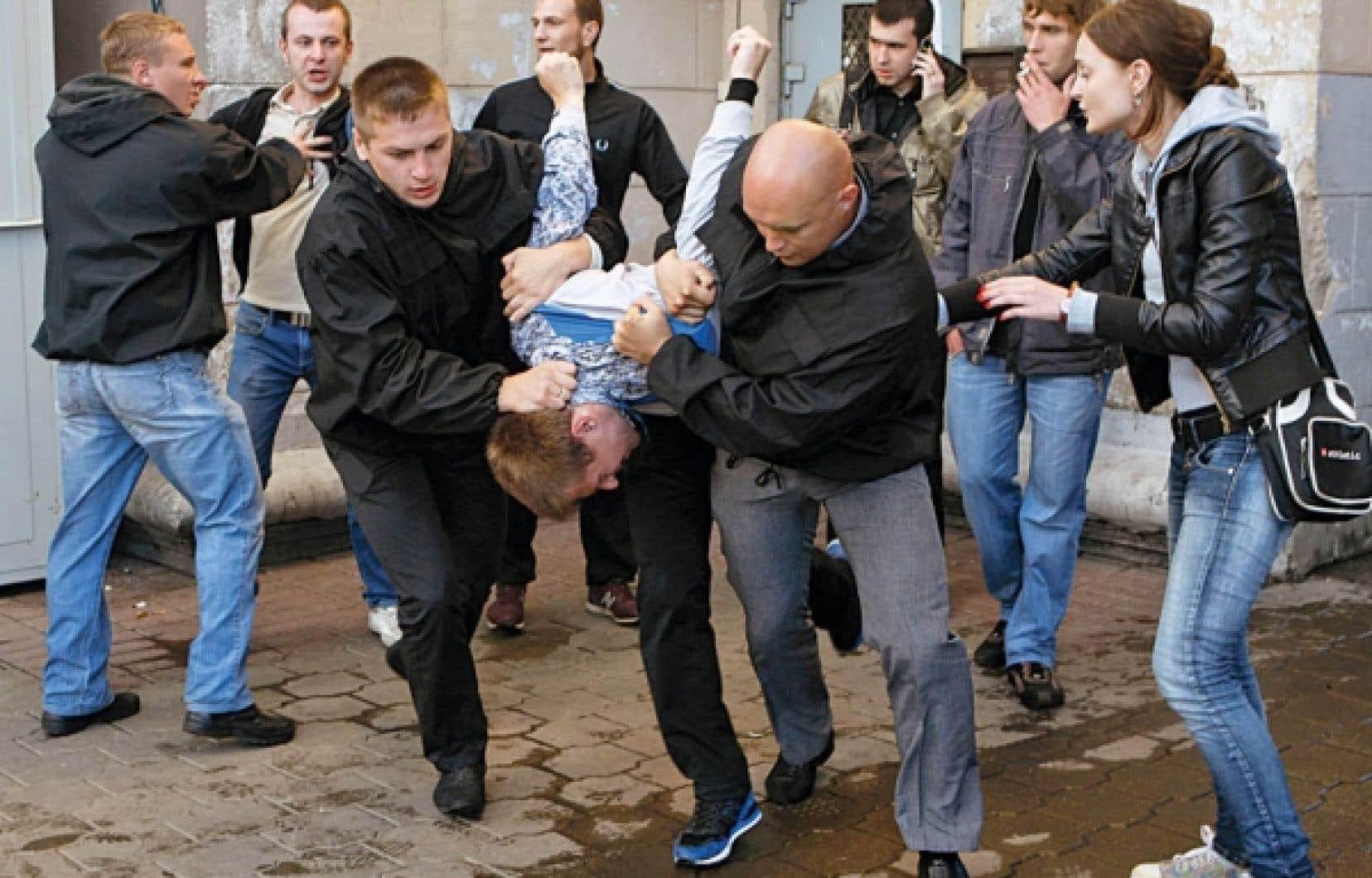 Les protestataires ont répondu à un appel lancé plus tôt sur des réseaux sociaux, qui consistait, pour cette journée anniversaire, à se rassembler et à applaudir à l'unisson, pour symboliser le mécontentement face au régime de Loukachenko.