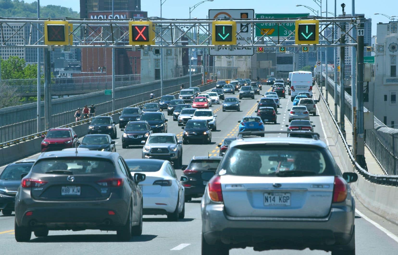 Pour que le Canada atteigne la carboneutralité d'ici 2050, il faudrait entre autres qu'environ la moitié des ventes de véhicules neufs au pays soient des véhicules «zéro émission» dès l'an prochain, estime le Directeur parlementaire du budget dans un nouveau rapport.