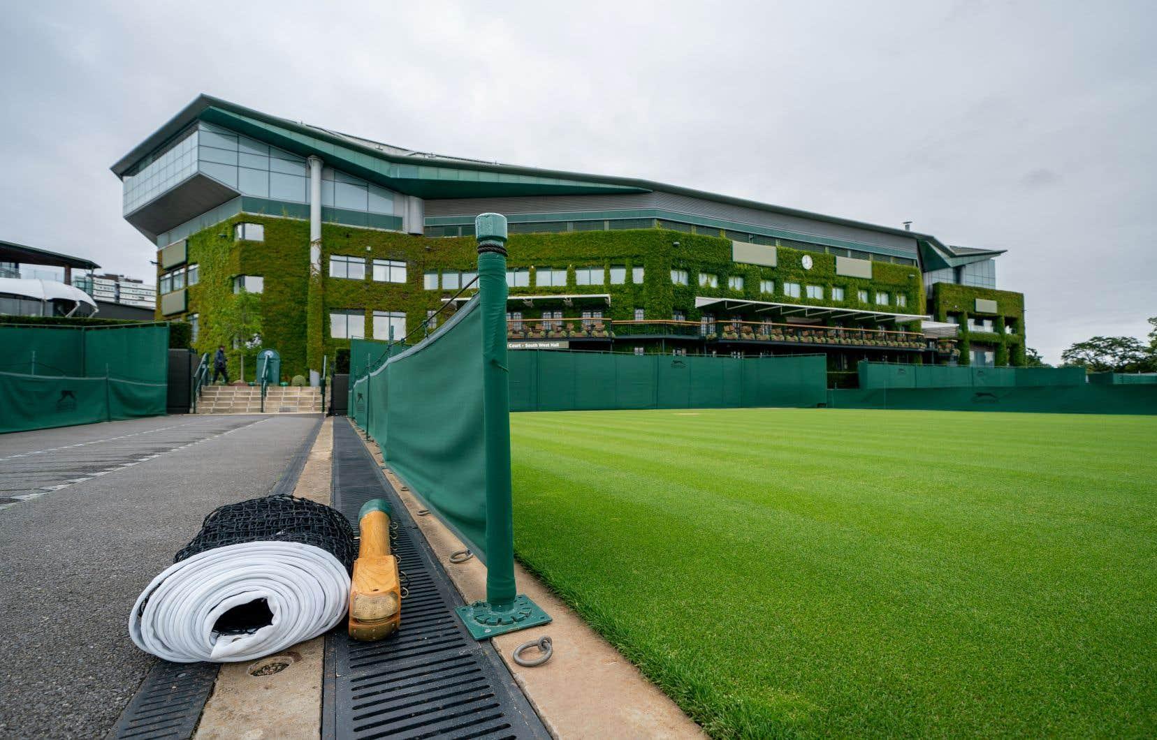 Le monde du tennis a été ébranlé lorsque le All England Club a annoncé le 1eravril 2020 que le tournoi de Wimbledon serait annulé à cause de la pandémie de coronavirus — une première depuis la Deuxième Guerre mondiale.