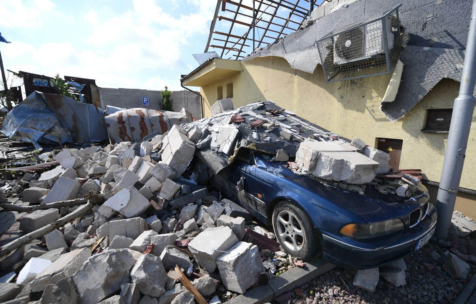 La tornade, avec des grêlons de la taille d'une balle de tennis, a frappé plusieurs villes et villages dont Hodonin, à la frontière avec la Slovaquie.