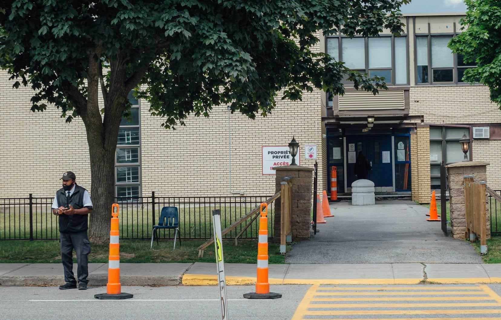 Pour réduire l'inquiétude dans la communauté, plus d'agents de sécurité ont été déployés devant les écoles juives de Montréal dans les dernières semaines.