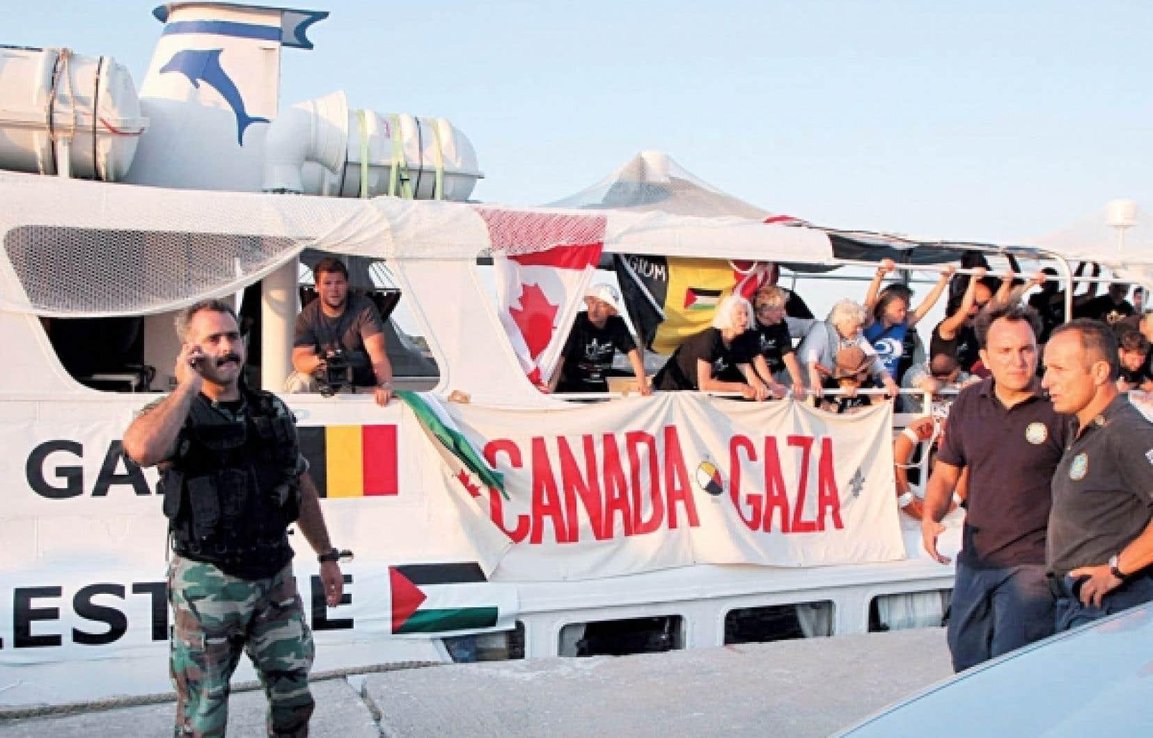 Le Tahrir et ses passagers sont surveillés par les garde-côtes grecs après leur arraisonnement lundi. Les militants sont déterminés à mener leur cargaison de médicaments à Gaza, quitte à acheter un nouveau bateau, le Tahrir ayant subi des dommages lors de la manœuvre.<br />