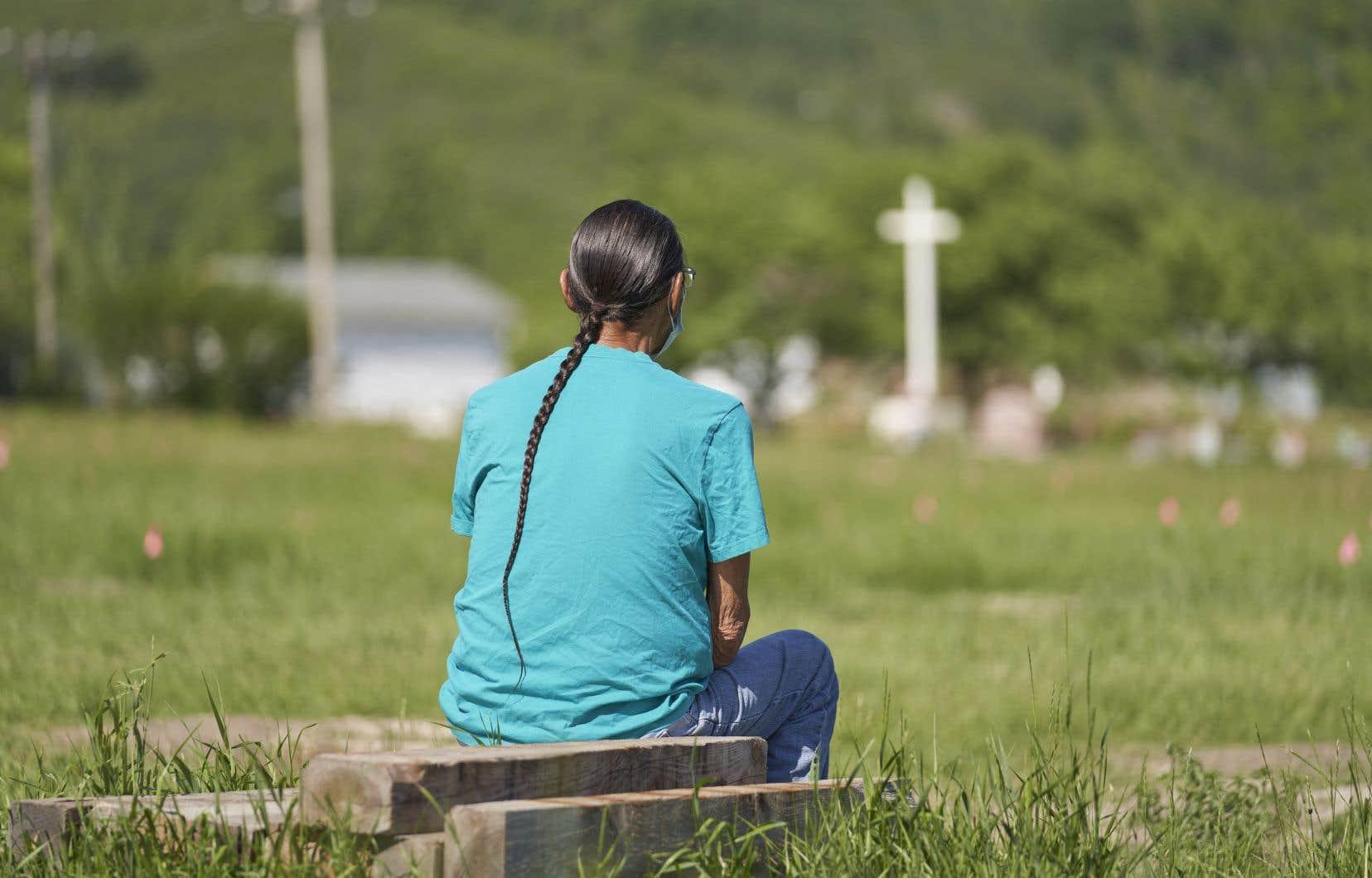 La découverte de 751 sépultures non identifiées sur le site de l'ancien pensionnat autochtone de Marieval, en Saskatchewan, a été dévoilée jeudi, semant l'émoi à travers le pays, mais aussi ailleurs dans le monde.