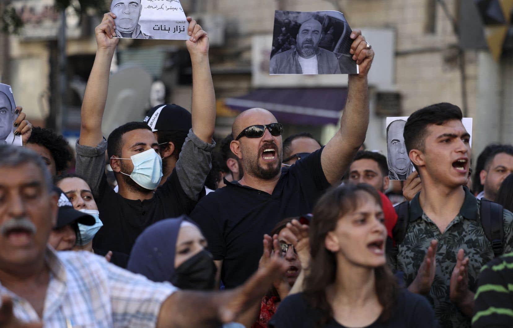 Le militant des droits de la personne Nizar Banat (sur la photo tenue) était connu pour ses vidéos postées sur les réseaux sociaux critiquant l'Autorité palestinienne de Mahmoud Abbas, qu'il accusait de corruption. Sa famille accuse les forces de sécurité palestiniennes de l'avoir «assassiné».