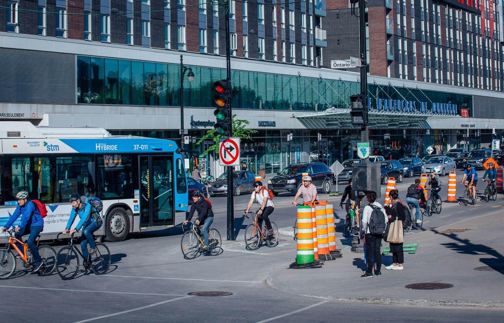 Au courant de la pandémie, les aménagements piétonniers et cyclables temporaires ont été multipliés au Québec. Pour soutenir l'élan  et répondre aux besoins, il faut continuer d'aménager des traversées sécuritaires, compléter les réseaux cyclables et multiplier les supports à vélo, selon l'auteur.