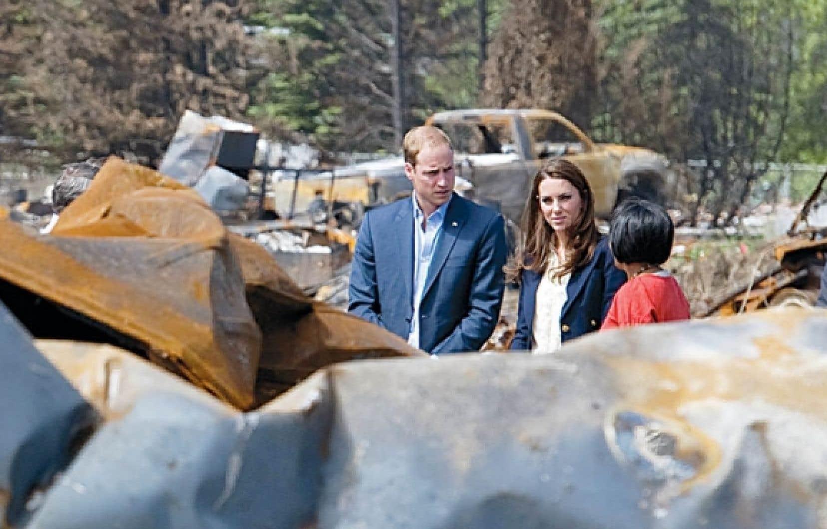 Le prince William et sa femme Catherine visitent Slave Lake en compagnie de la mairesse de la ville, Karinas Pillay-Kinnee.<br />