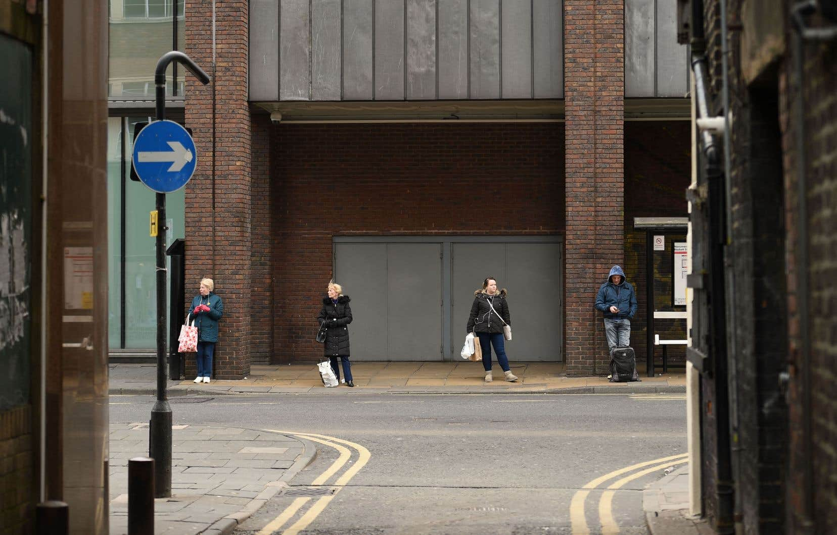 Selon la BBC, ces documents classifiés, une cinquantaine de pages au total, ont été retrouvés mardi matin derrière un arrêt de bus dans le Kent (sud de l'Angleterre), en un tas détrempé.