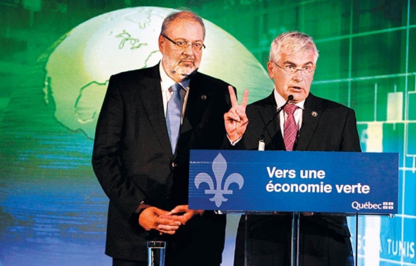 Le ministre du Développement durable, de l'Environnement et des Parcs, Pierre Arcand, et le ministre du Développement économique, Clément Gignac, ont annoncé que le plan québécois imposera dès 2013 ses premières réductions à une centaine de grandes entreprises.<br />