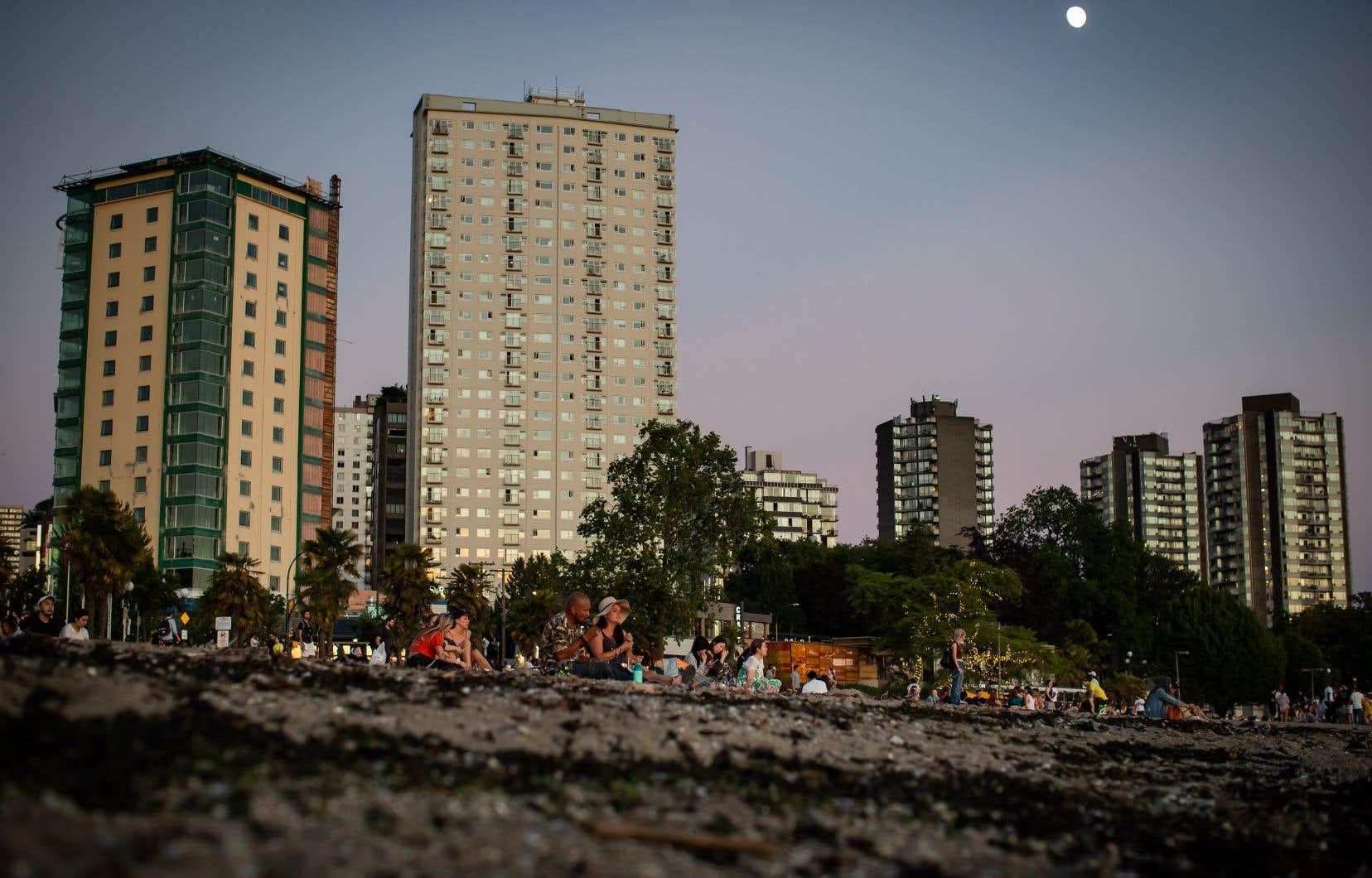La consommation électrique en Colombie-Britannique a atteint des sommets tandis que les habitants tentent de se rafraîchir. On voit ici une plage de Vancouver.