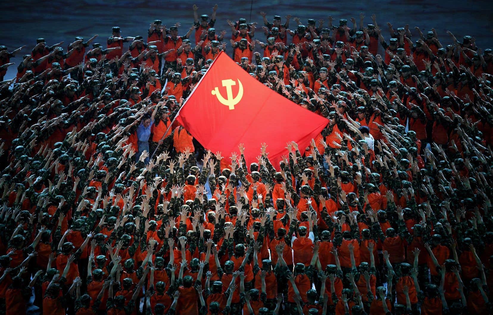 Des danseurs exécutent une chorégraphie dans le cadre de la célébration du 100e anniversaire de la fondation du Parti communiste chinois, à Pékin le 28 juin 2021.