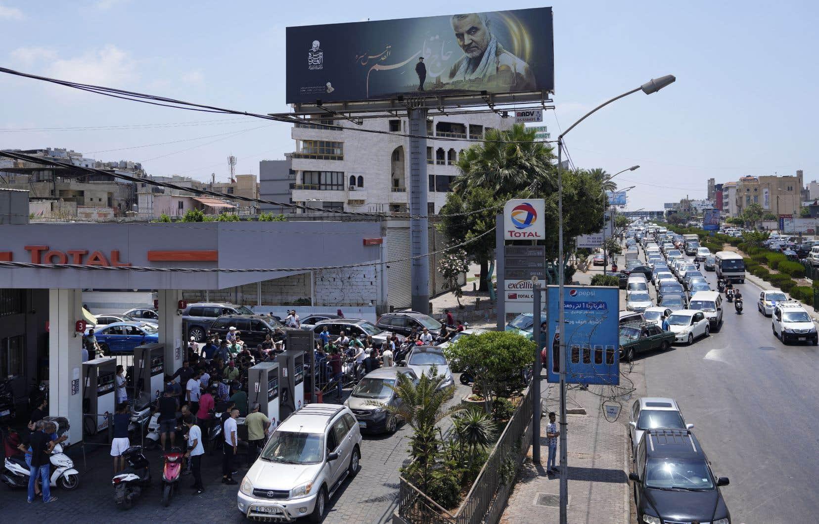 La hausse a provoqué d'interminables files d'attente devant les stations-services.