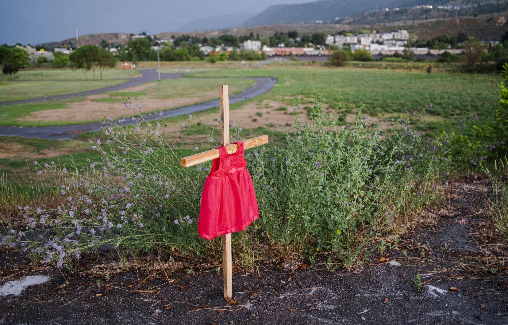 Cette découverte intervient un mois après celle des restes de 215 enfants sur le site d'un ancien pensionnat autochtone à Kamloops, en Colombie-Britannique également.