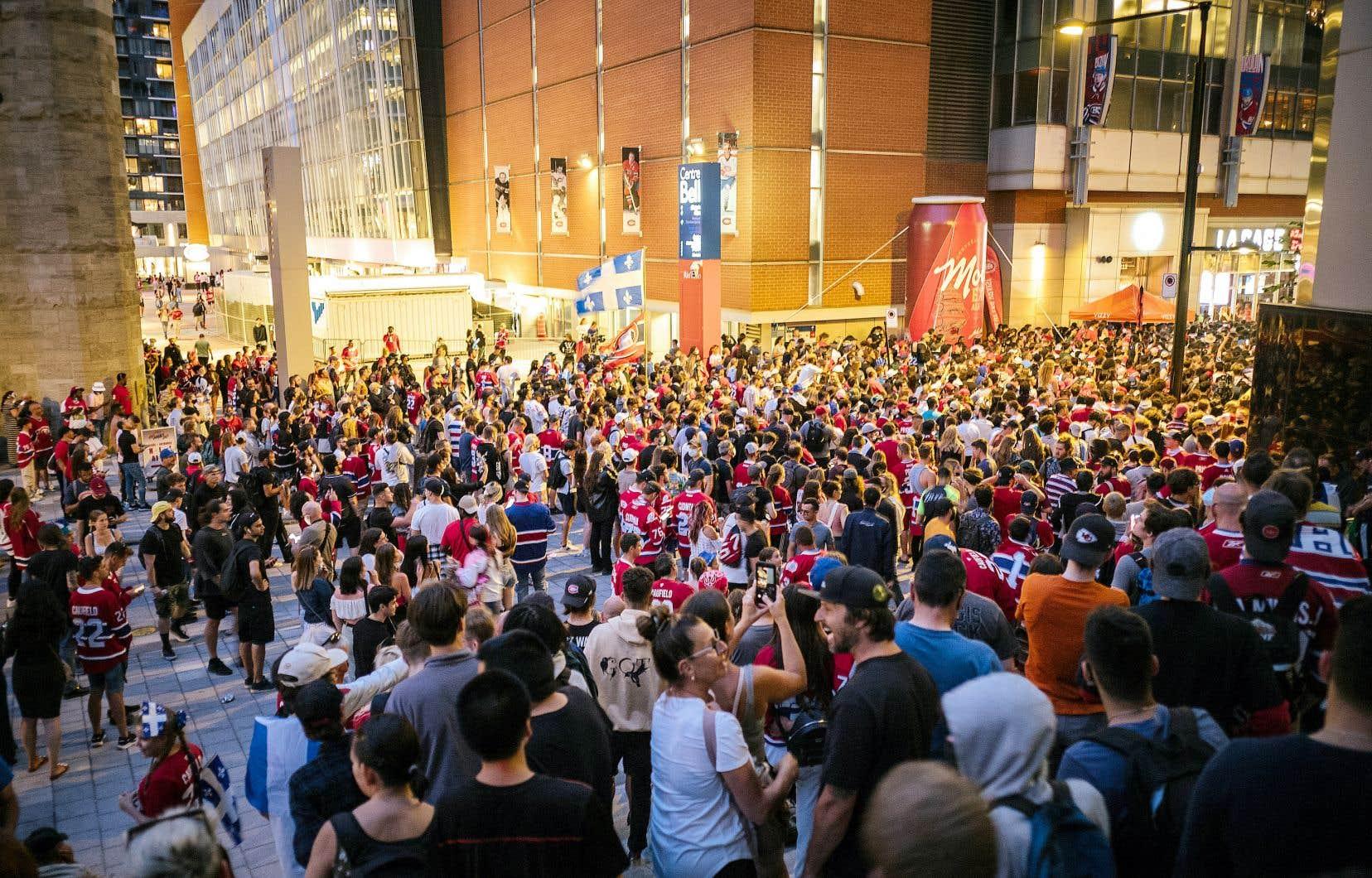 Depuis le début des séries éliminatoires, des rassemblements se sont organisés devant le Centre Bell, où des centaines de partisans tentent chaque soir de match d'apercevoir les parties à la télévision à travers les fenêtres des restaurants du secteur.