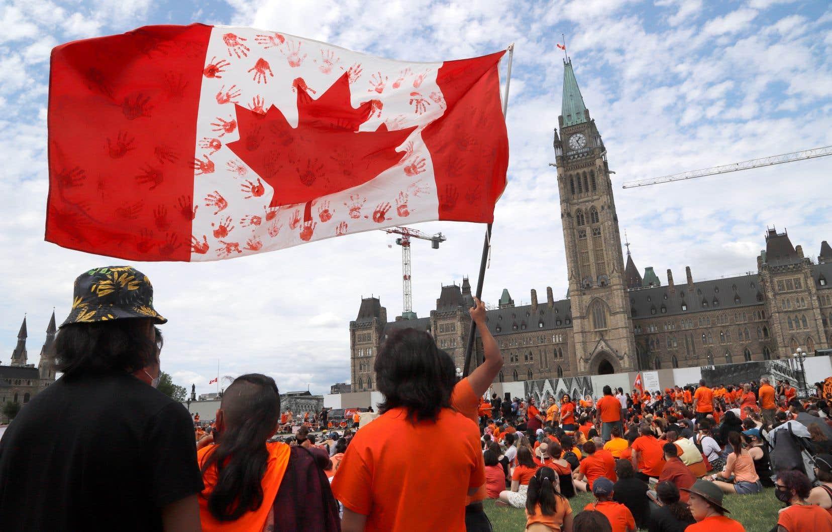 Des centaines de citoyens ont convergé jusqu'au Parlement en appui aux victimes et aux survivants des pensionnats pour Autochtones.