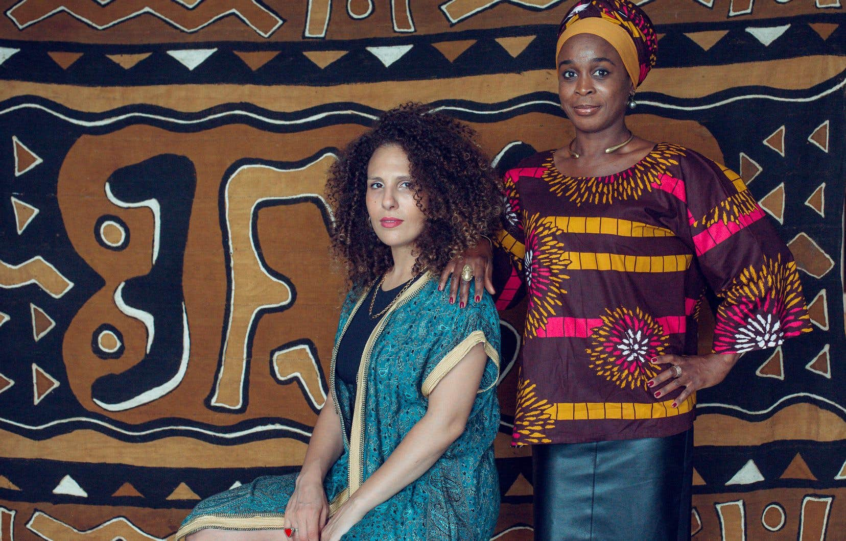 Meryem Saci (à gauche) et Carine au Micro sont en vedette au Festival Nuits d'Afrique. Derrière elles, un «bogolan», un tissu fait à la main et orné de motifs traditionnels.