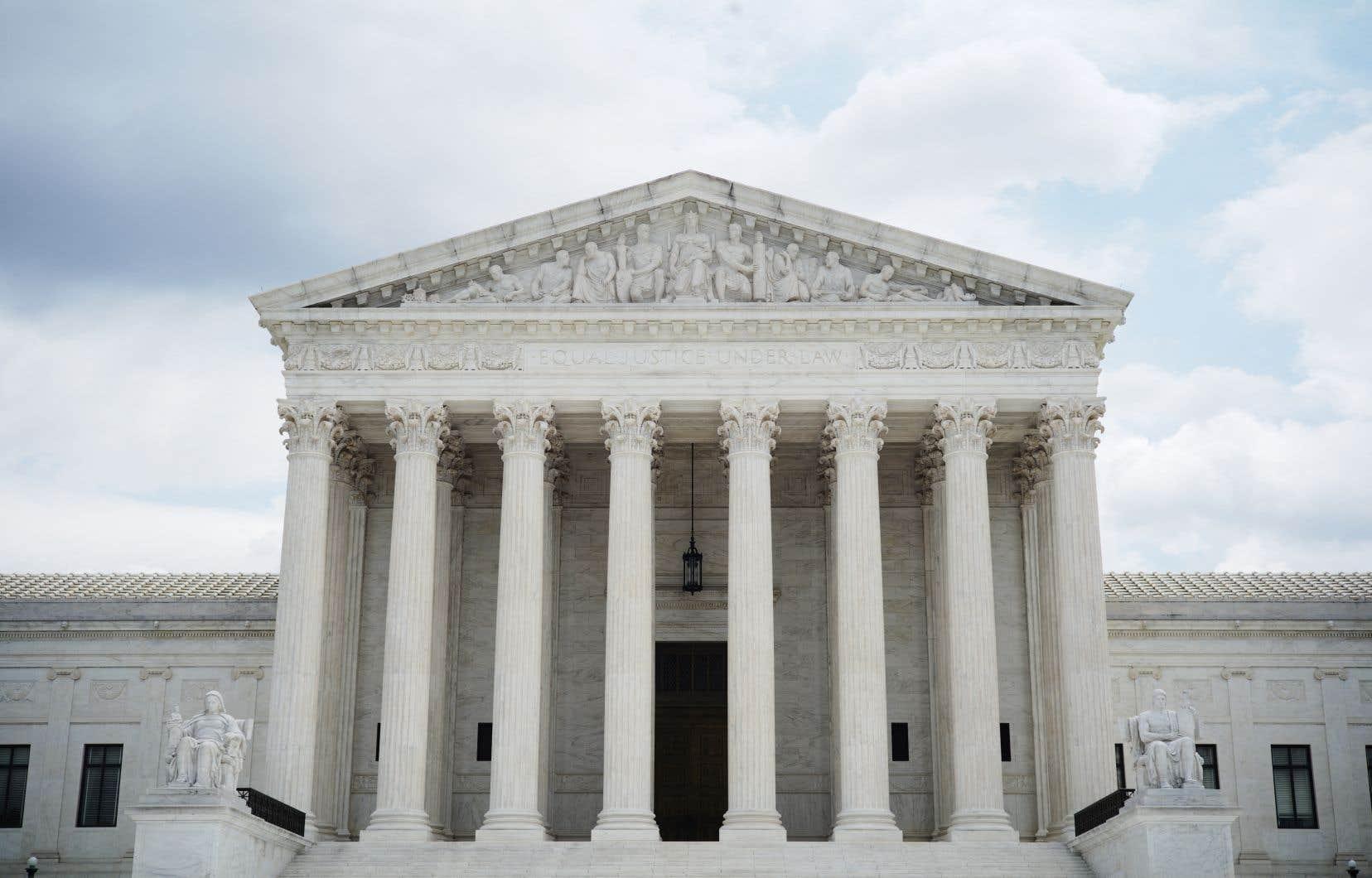 Les six juges conservateurs de la Cour suprême ont justifié leur décision par la nécessité de lutter contre la fraude électorale.