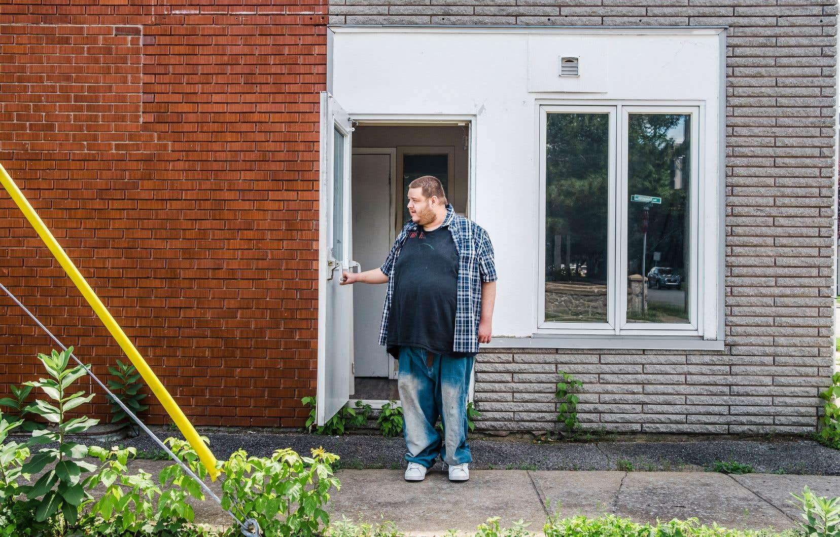 Lundi, à trois jours de la date butoir du 1er juillet, Michaël Therrien s'est résigné à louer une chambre sans bail, qui se paie au mois.